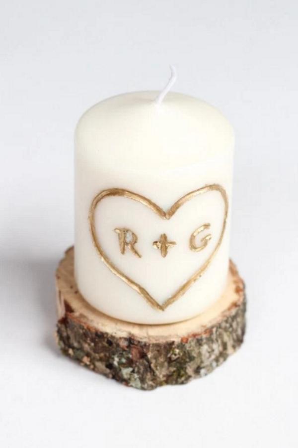 DIY Geschenke zum Valentinstag Stumpenkerze mit gravierten Buchstaben niedlich und persönlich