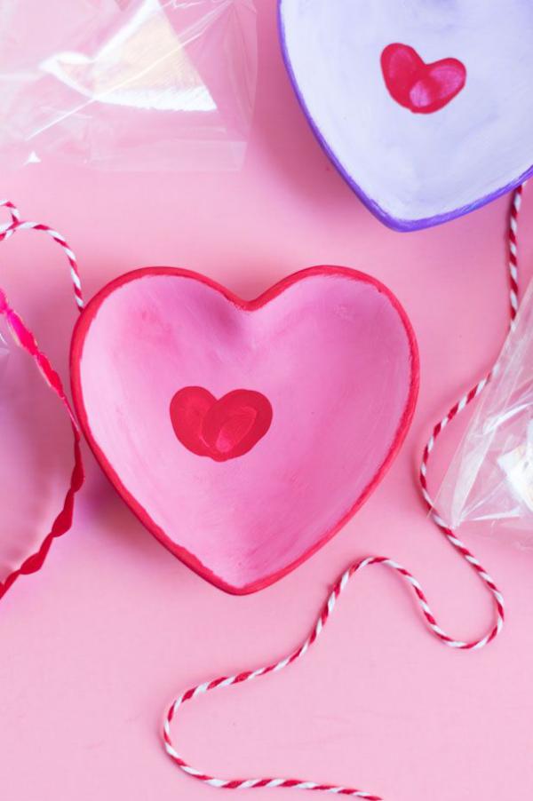DIY Geschenke zum Valentinstag bunt bemalte Teller in Rosa und Blau mit Fingerabdrucken in der Mitte