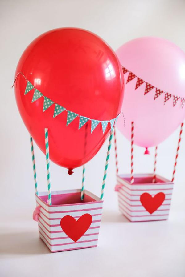 DIY Geschenke zum Valentinstag kleine Pappkörbe mit Herzen dekoriert zwei Ballons rot und rosa