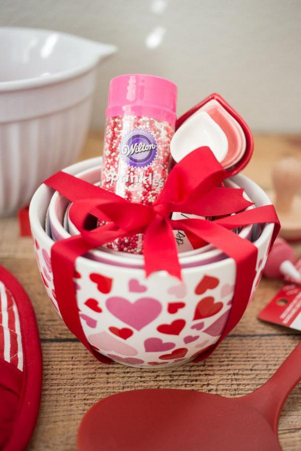 DIY Geschenke zum Valentinstag neue Küchenutensilien schön verpackt rote Schleife
