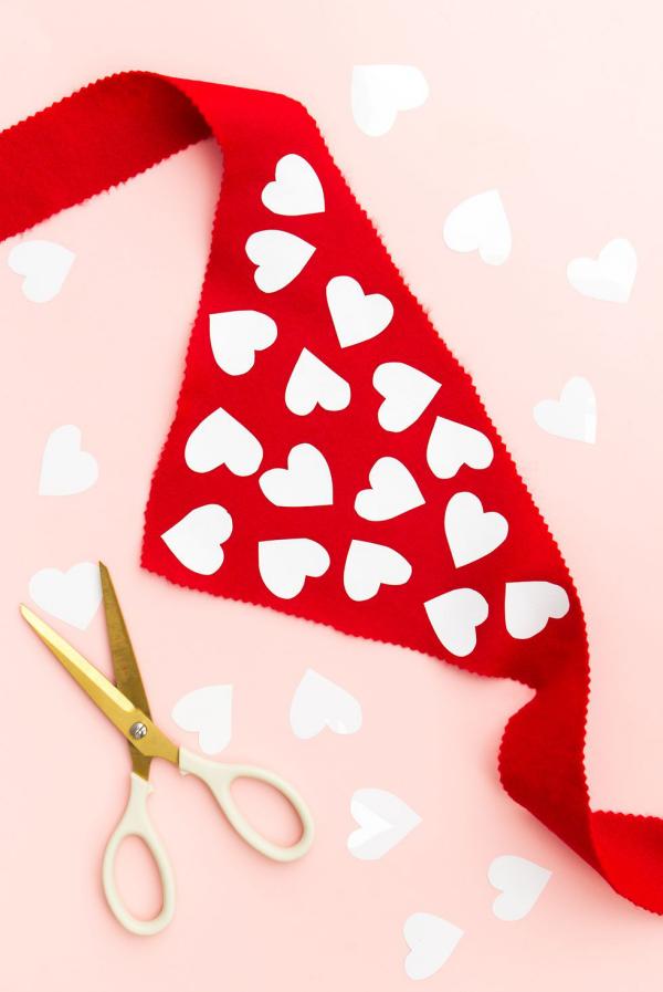 DIY Geschenke zum Valentinstag roter Schal mit ausgeschnittenen Herzen Präsent für den Vierbeiner