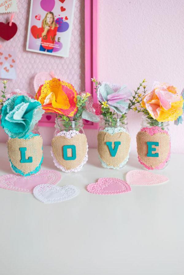DIY Geschenke zum Valentinstag tolle Bastelidee für Teenies vier Einweckgläser Stoffstücke und Buchstaben darauf geklebt