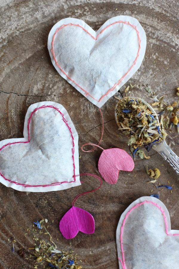 Das perfekte Valentinsgeschenk für ihn wählen oder basteln – Tipps und Ideen tee in herzen säckchen (Custom)