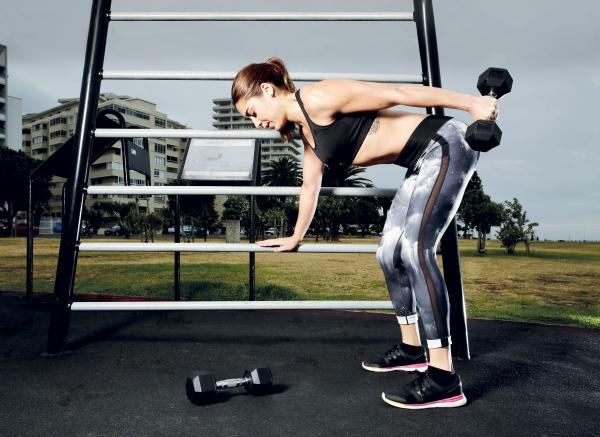 Einfache Trizeps Übungen, die Sie auch zu Hause machen können übungen im park machen hanteln