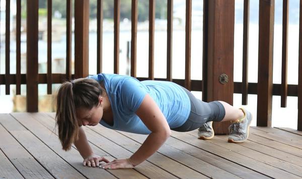Einfache Trizeps Übungen, die Sie auch zu Hause machen können liegestützen auf den balkon