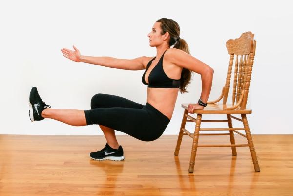 Einfache Trizeps Übungen, die Sie auch zu Hause machen können stuhl dips ein arm ein bein