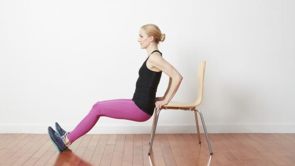 Einfache Trizeps Übungen, die Sie auch zu Hause machen können stuhl dips einfacher machen