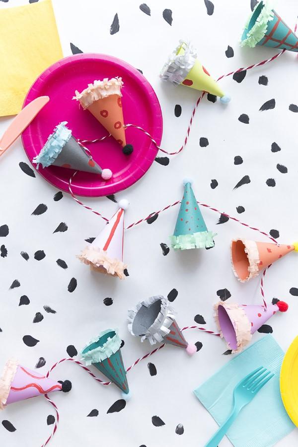 Faschingsdeko basteln – Anleitungen und Spielideen für Groß und Klein bunte party girlande hüte