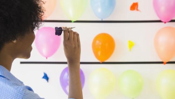 Faschingsdeko basteln – Anleitungen und Spielideen für Groß und Klein darts spiel mit ballons
