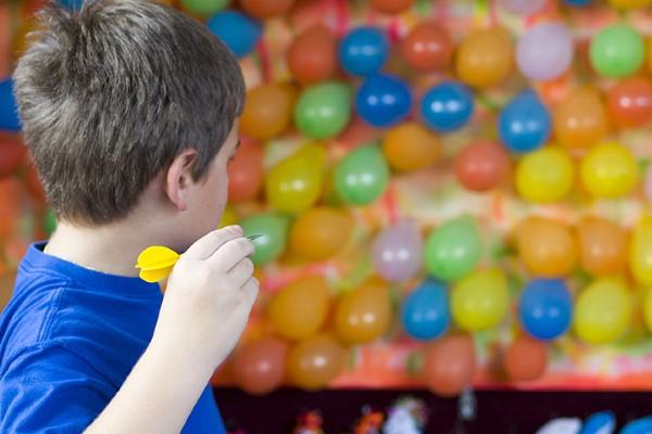 Faschingsdeko basteln – Anleitungen und Spielideen für Groß und Klein luftballons spiel darts