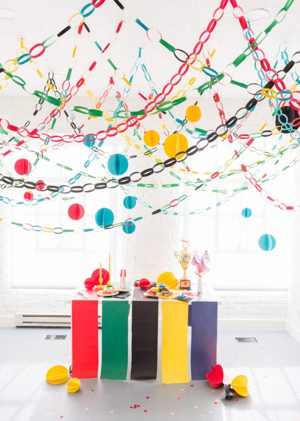 Faschingsdeko basteln – Anleitungen und Spielideen für Groß und Klein party buffet bunt girlanden
