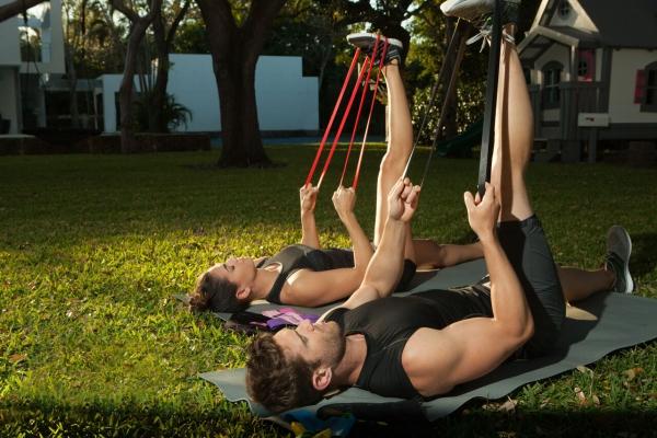 Ganzkörper Theraband Übungen für Zuhause – Vorteile und Auswahlhilfe im park oder garten trainieren