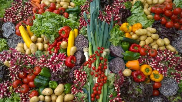 πολύχρωμα λαχανικά στην αγορά