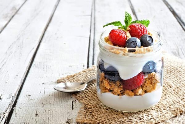 Gesundes Essen in Corona Zeiten Joghurt natürliches Probiotikum mit Früchten schmeckt lecker