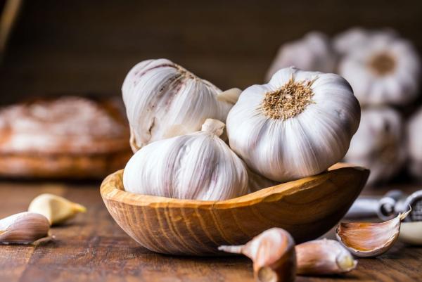 Gesundes Essen in Corona Zeiten Knoblauch auf dem Tisch antibakteriell entzündungshemmend