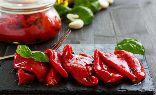 Gesundes Essen in Corona Zeiten rote marinierte Paprikaschoten für den Winter