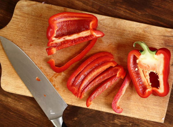 Gesundes Essen in Corona Zeiten roter Paprika Wundergemüse in der Küche