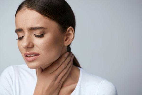 Hausmittel gegen Halsschmerzen lindern und loswerden