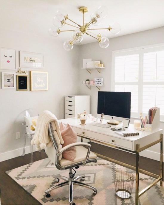 Home Office Guide angenehme Raumatmosphäre helle Pastellfarben weiche Texturen Teppich Schreibtisch bequemer Stuhl Wanddeko
