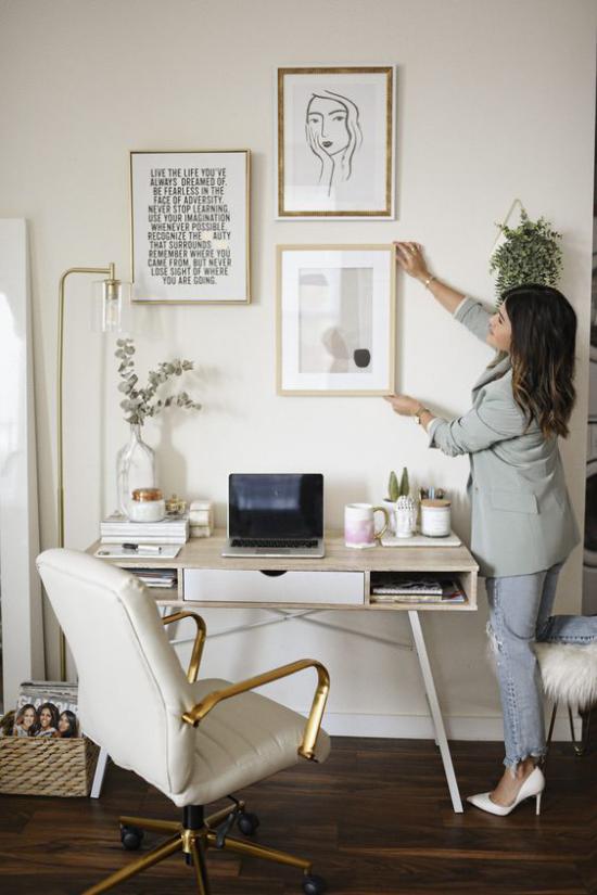 Home Office Guide ein paar Wandbilder schmücken die leere Wand über dem Schreibtisch