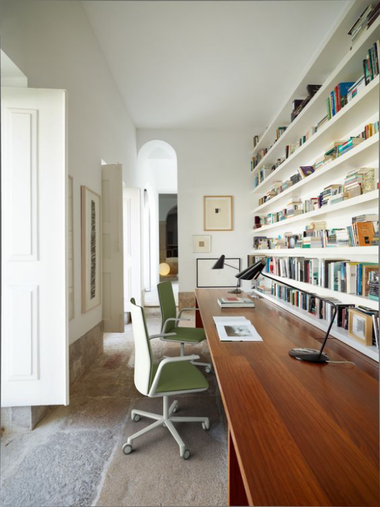 Home Office Guide enger langer Raum modern eingerichtet zwei Arbeitsplätze bequeme Bürostühle