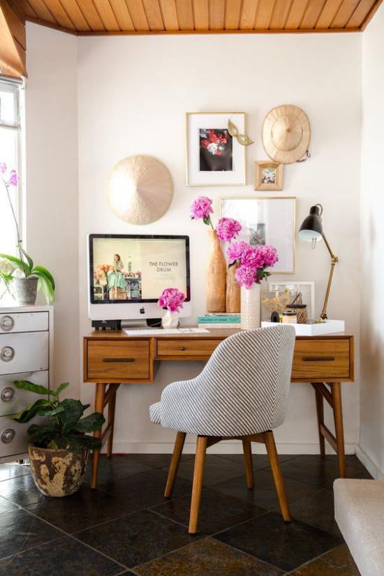 Home Office Guide grünpflanzen Orchidee schöne rosa Blüten in Vasen positive Wirkung auf Gemüt und Denken
