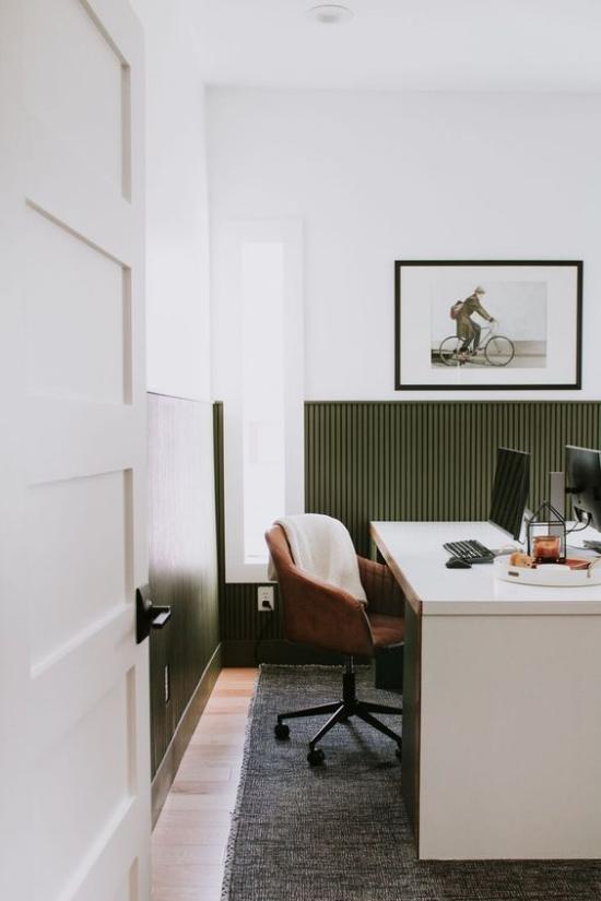 Home Office Guide großer Schreibtisch Stand-PC bequemer Sessel angenehme Raumatmosphäre