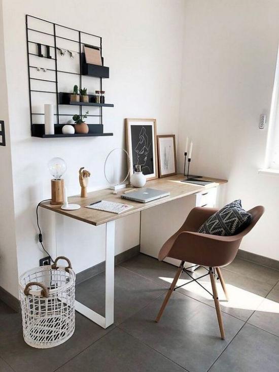 Home Office Guide kleines Wandregal komplettiert die einfache Büroeinrichtung
