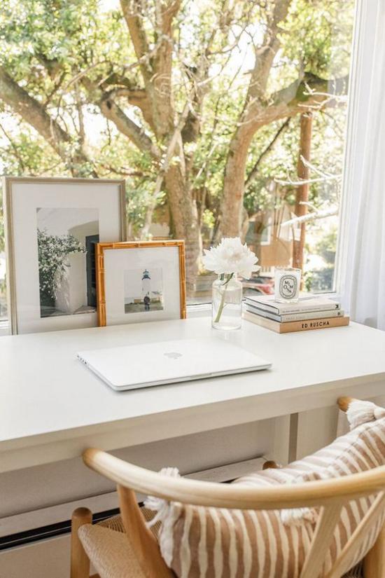 Home Office Guide schönes Heimbüro Schreibtisch Laptop bequemer Stuhlweiche Texturen herrliche Aussicht