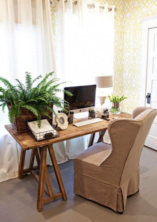 Home Office im Landhausstil üppiges Grün Farn im Kasten auf dem Schreibtisch Sessel in Beige viel Tageslicht