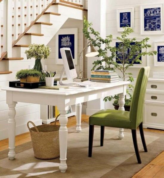 Home Office im Landhausstil Arbeitsecke neben der Treppe viele grüne Zimmerpflanzen Sessel in Grasgrün
