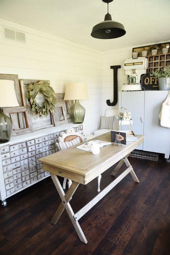 Home Office im Landhausstil Holztisch Kommode urige Deko Tischlampe
