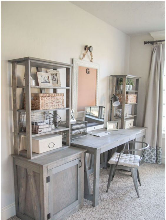 Home Office im Landhausstil Schreibtisch Schrank Regale aus grauem Holz Stuhl grauer Teppich