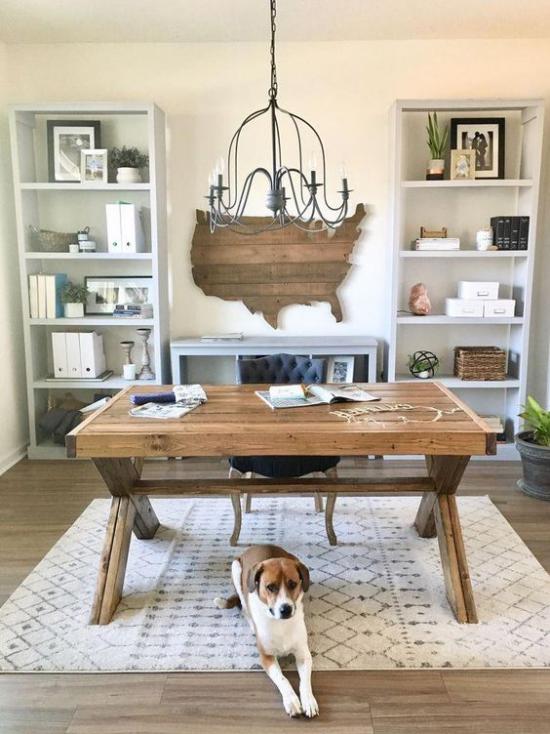 Home Office im Landhausstil Schreibtisch aus echtem Holz in der Mitte des Raums Hund darunter