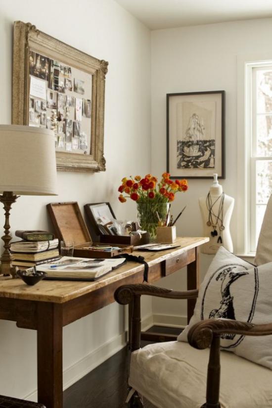 Home Office im Landhausstil ansprechende Arbeitsecke sanfte Farbtöne schöne Blumen in Vase