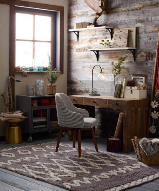 Home Office im Landhausstil dunkles Ambiente dunkle Farben Tageslicht Massivholztisch Sessel Tischlampe