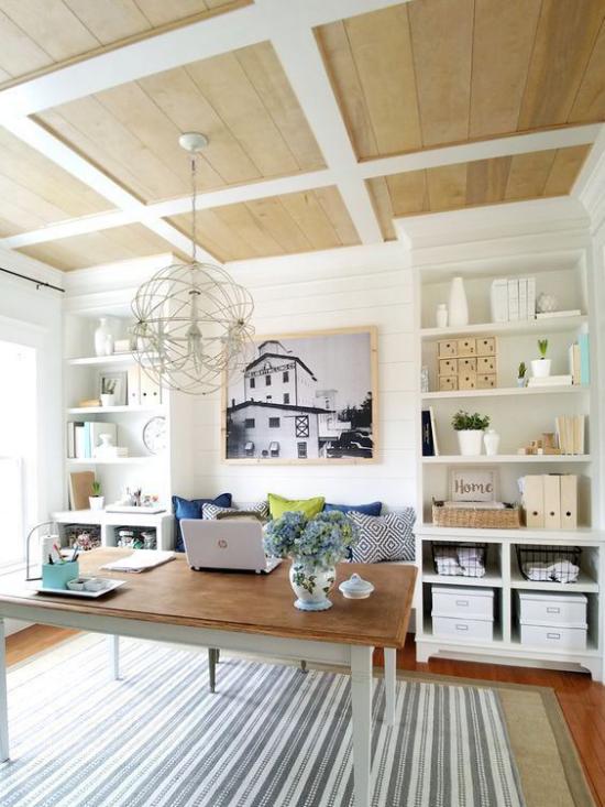 Home Office im Landhausstil helles gemütliches geräumiges Arbeitszimmer Teppich wenig Möbel eingebaute Schränke Wandbild