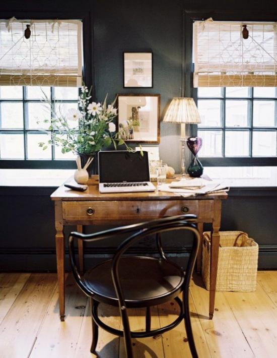 Home Office im Landhausstil rustikales Ambiente hell und dunkel im Kontrast helles Tageslicht dunkle Möbel