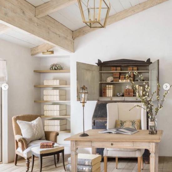 Home Office im Landhausstil sanfte Farben rustikale Büromöbel angenehmes Ambiente