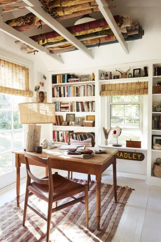 Home Office im Landhausstil sanfte Farben viel Holz Tageslicht schönes Zimmer produktiv arbeiten