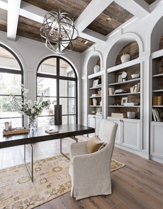 Home Office im Landhausstil sanfte Farbtöne Beige Grau Weiß etwas dunkles Holz schön gestaltetes Zimmer