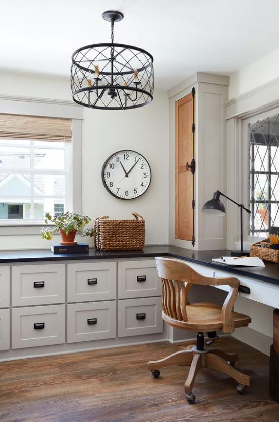 Home Office im Landhausstil schönes Ambiente Lampen aus Metall Wanduhr als Hingucker