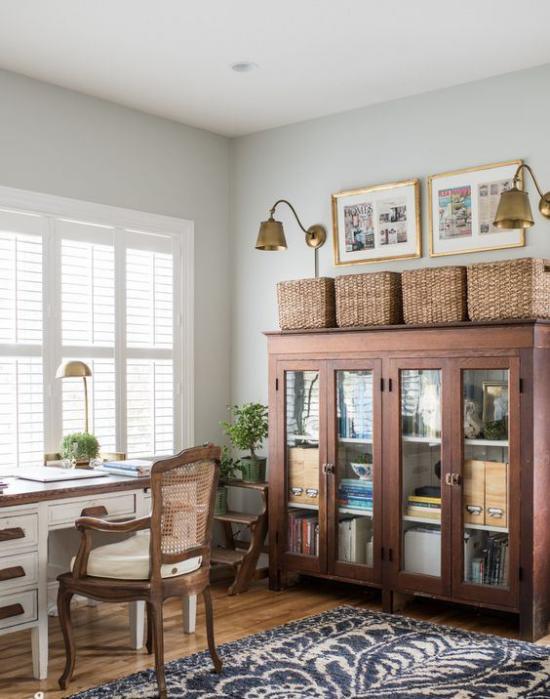Home Office im Landhausstil schönes Ambiente viel Licht Schreibtisch vor dem Fenster Lampen aus Bronze Schrank rechts