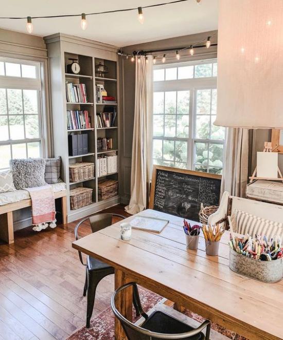 Home Office im Landhausstil schönes Arbeitszimmer beige dominiert dunkles Holz