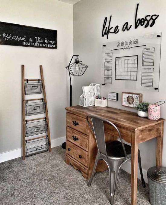 Home Office im Landhausstil simple Einrichtung Massivholzschreibtisch Lampe aus Metall
