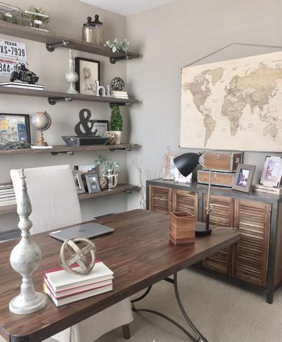 Home Office im Landhausstil weich wirkende Farbtöne dunkles Holz auffällige Kombination