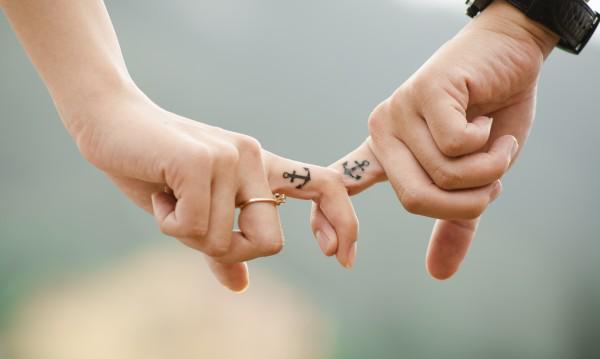 Jahreshoroskop 2021 Krebs zwei Hände enge persönliche Beziehung Zeichen stehen für Glück