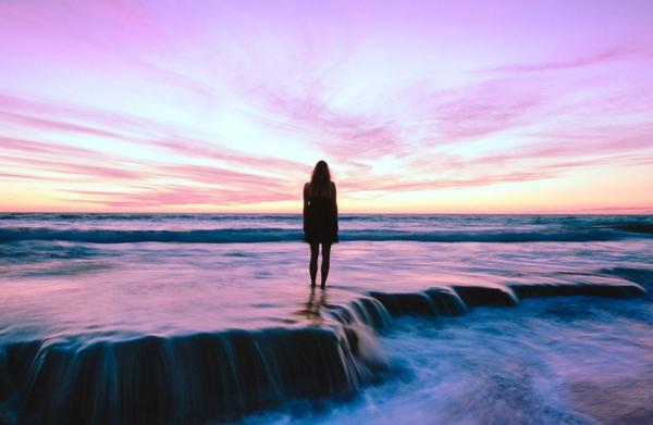Jahreshoroskop 2021 Schütze viel Geduld zeigen junge Frau am Meer panoramablick genießen