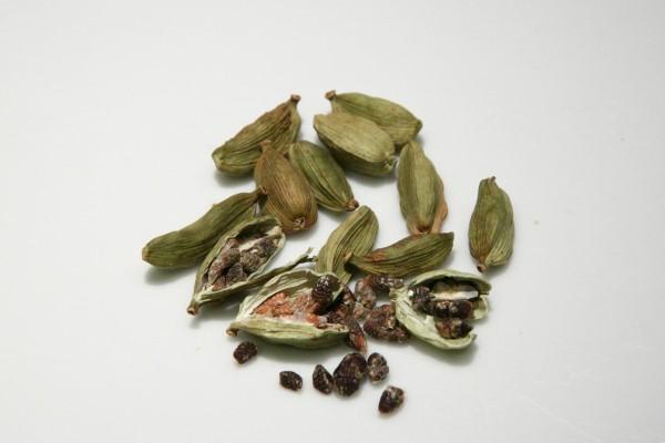 Kardamom Tee – Wie gesund ist das exotische Gewürz aus Indien kardamom schoten gesund aromatisch