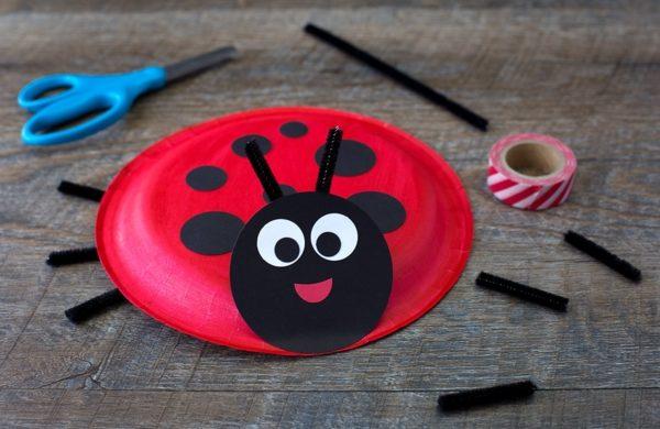 Marienkäfer basteln aus Pappteller Bastelideen für Kinder